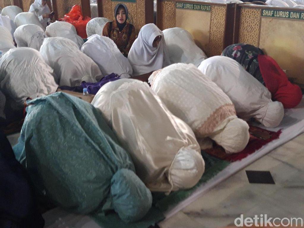 Bersama Jemaah Khofifah-Emil Sujud Syukur di Masjid Al-Akbar Surabaya
