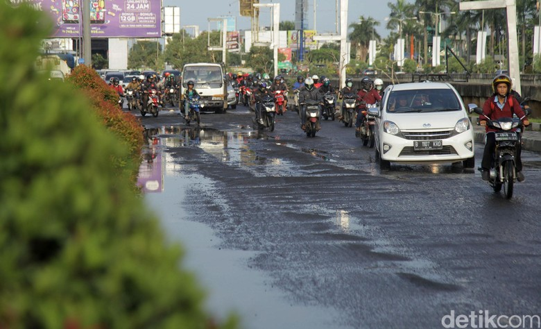 Jalan rusak di Kalimalang, Bekasi. Foto: Rifkianto Nugroho
