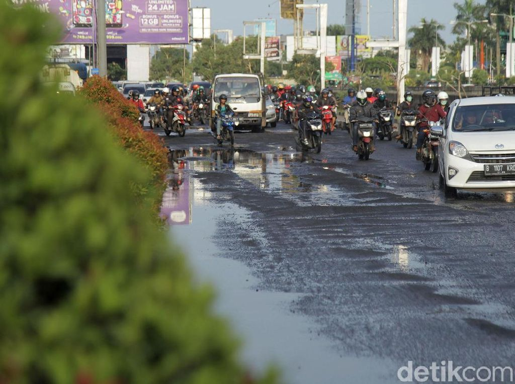 Banyak Jalan Rusak di Musim Hujan, Ini Cara Riding yang Aman