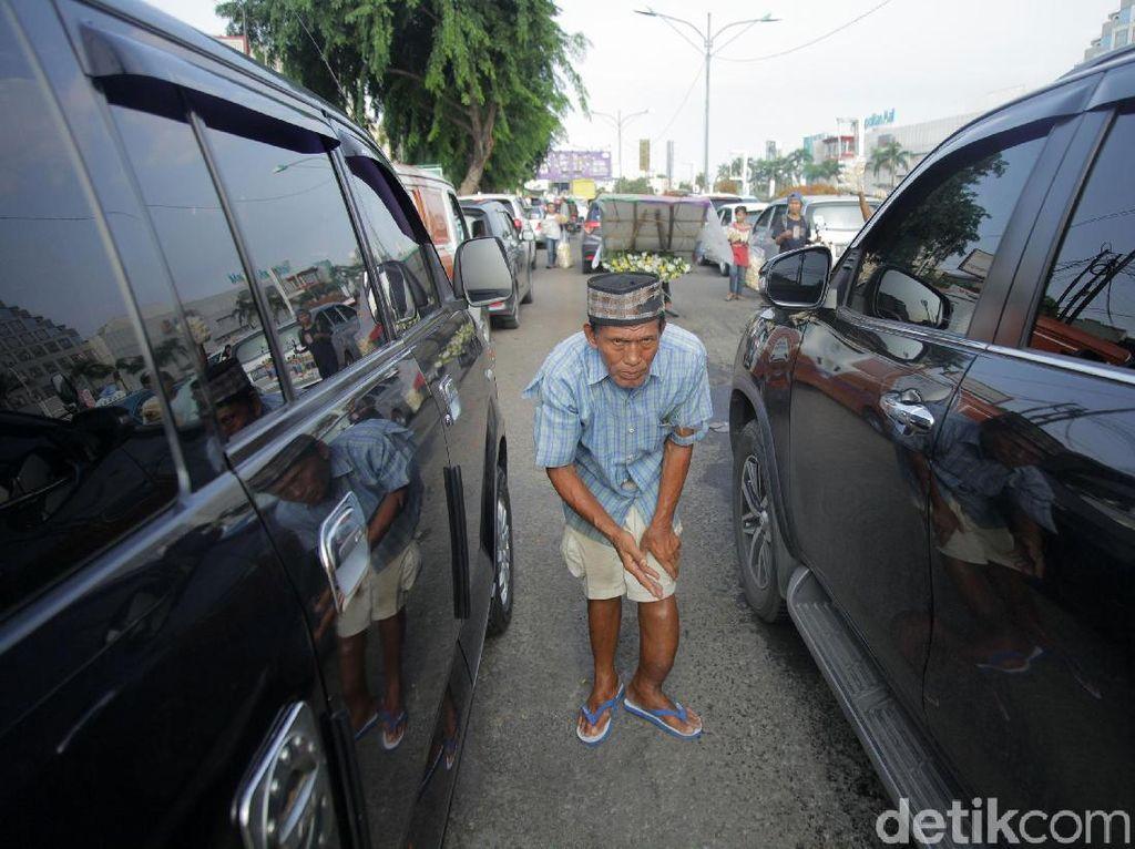 Potret Pengemis di Tengah Kepadatan Lalu-lintas di Bekasi