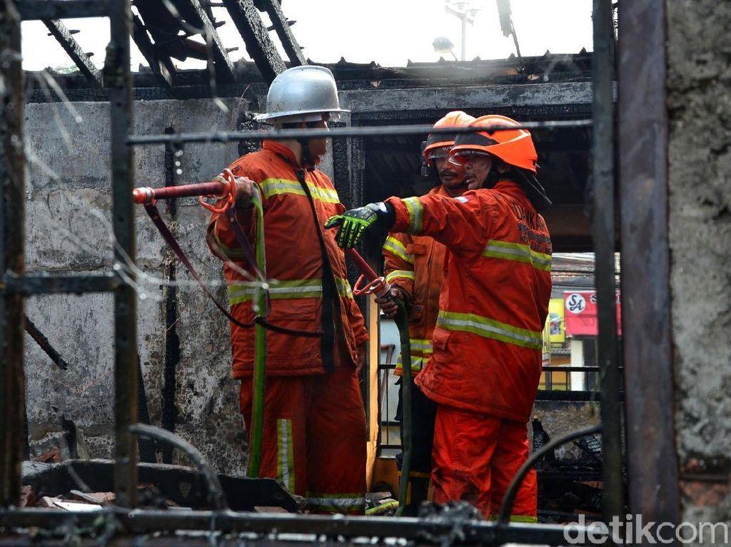 Petugas Damkar Padamkan Api yang Lahap Dua Ruko di Cipadung