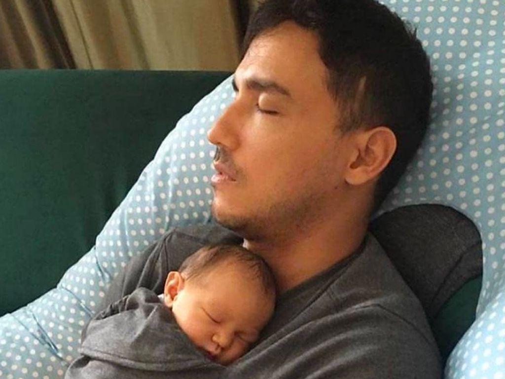 Hamish Daud Ikut Bangun Semalaman, Ini Tips Sehat buat Para New Dad
