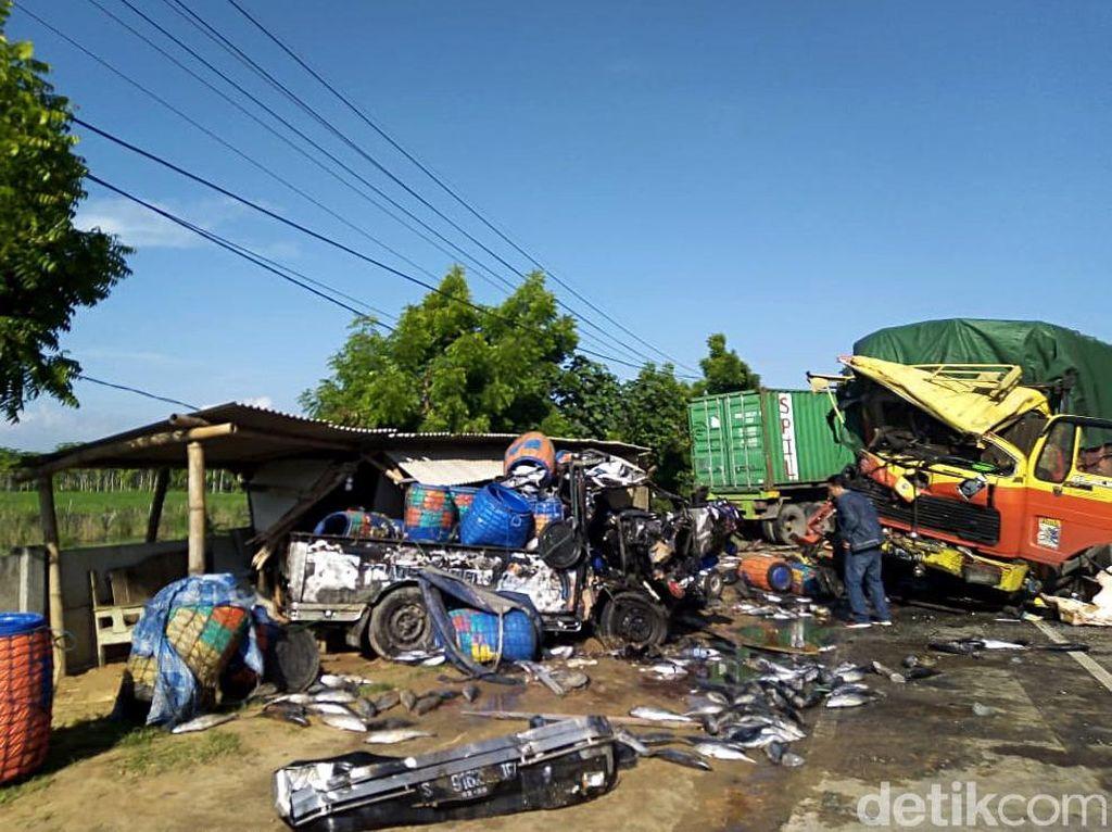 Ngeri! Penampakan Evakuasi Laka Beruntun di Pantura