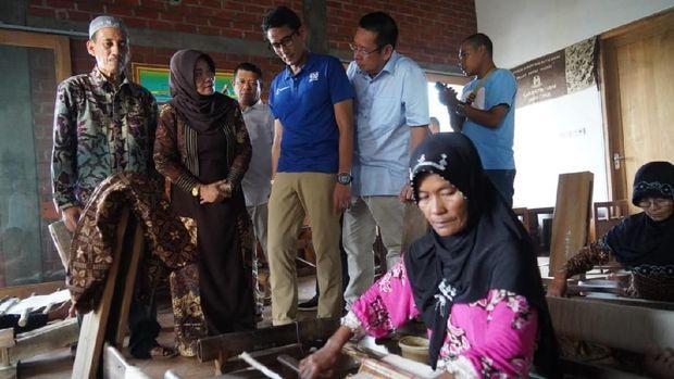 Di Tuban, Sandiaga Beri Pelatihan Selfie ke Emak-emak
