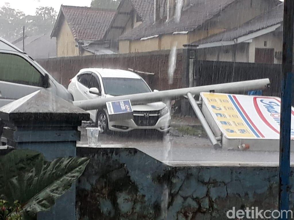 Hujan Angin Kencang, Papan Reklame Minimarket Roboh Timpa Mobil