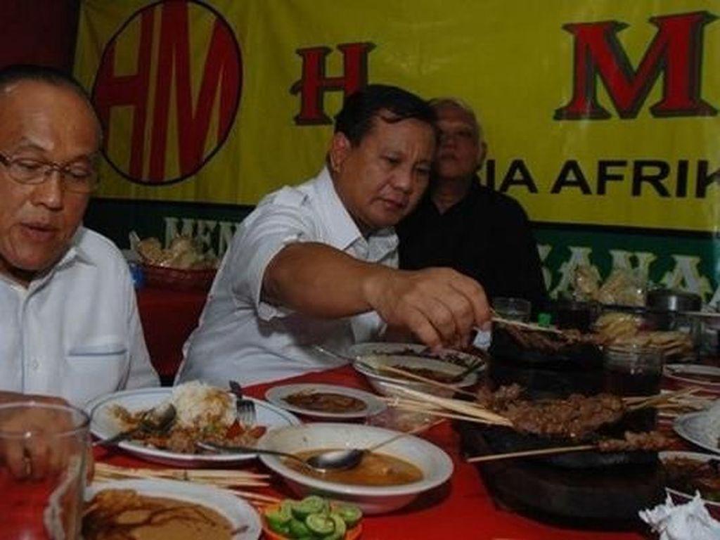 Serunya Gaya Prabowo, Sandiaga hingga Fadli Zon Saat Menyantap Sate