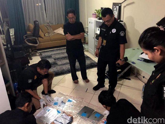 Joko Driyono saat digeledah oleh Satgas Anti Mafia Bola. (Foto: Mei Amelia/detikcom)