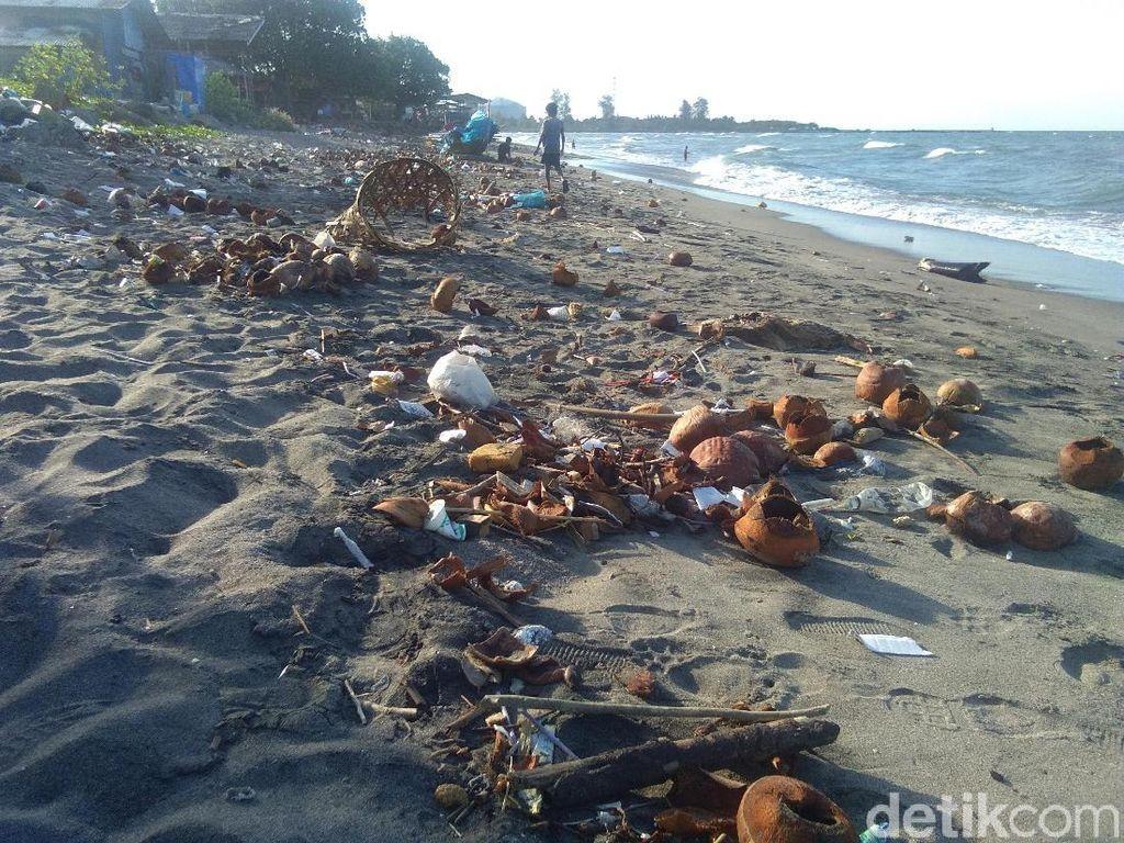 Miris, Pantai di Lhokseumawe Penuh Sampah Hingga Limbah Kelapa Muda