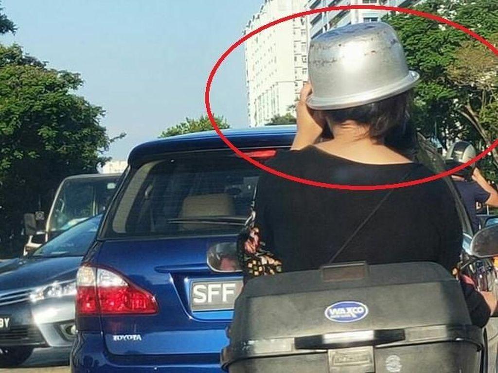 Kocak! Wanita Ini Pakai Panci Rice Cooker Sebagai Pengganti Helm