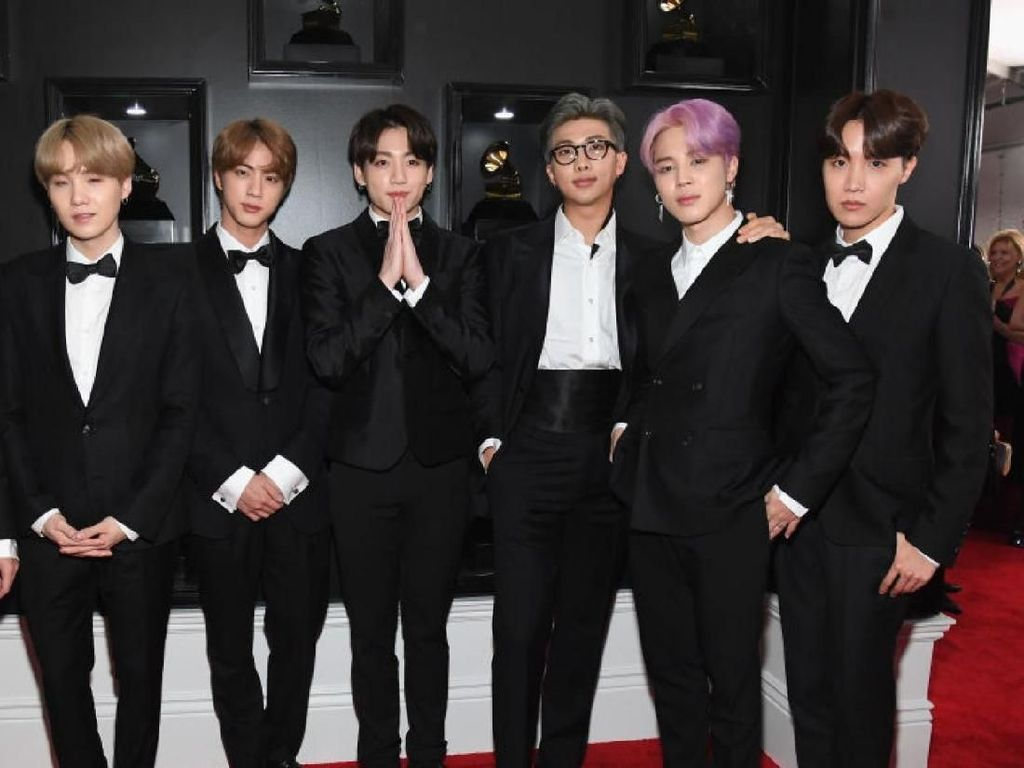 Surprise! BTS Gaet Halsey untuk Kolaborasi di Boy With Luv