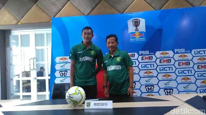 Djajang Nurdjaman dan Hansamu Yama Pranata dalam konferensi pers menjelang babak 32 besar Piala Indonesia. (Deny Prastyo Utomo/detikSport)