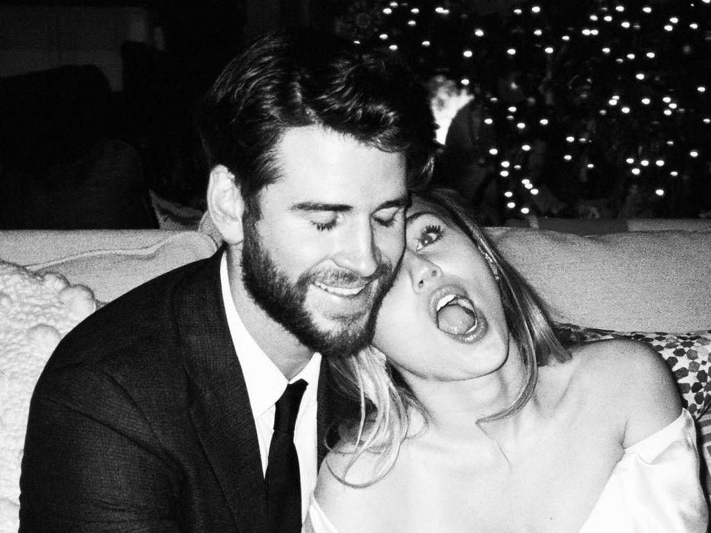 Rayakan Valentine, Miley Cyrus Pamer Foto Pernikahannya yang Belum Terekspos