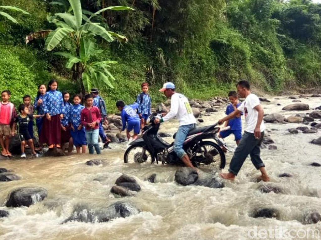Plt Bupati Cianjur akan Cek Warga 6 Kampung yang Seberangi Sungai