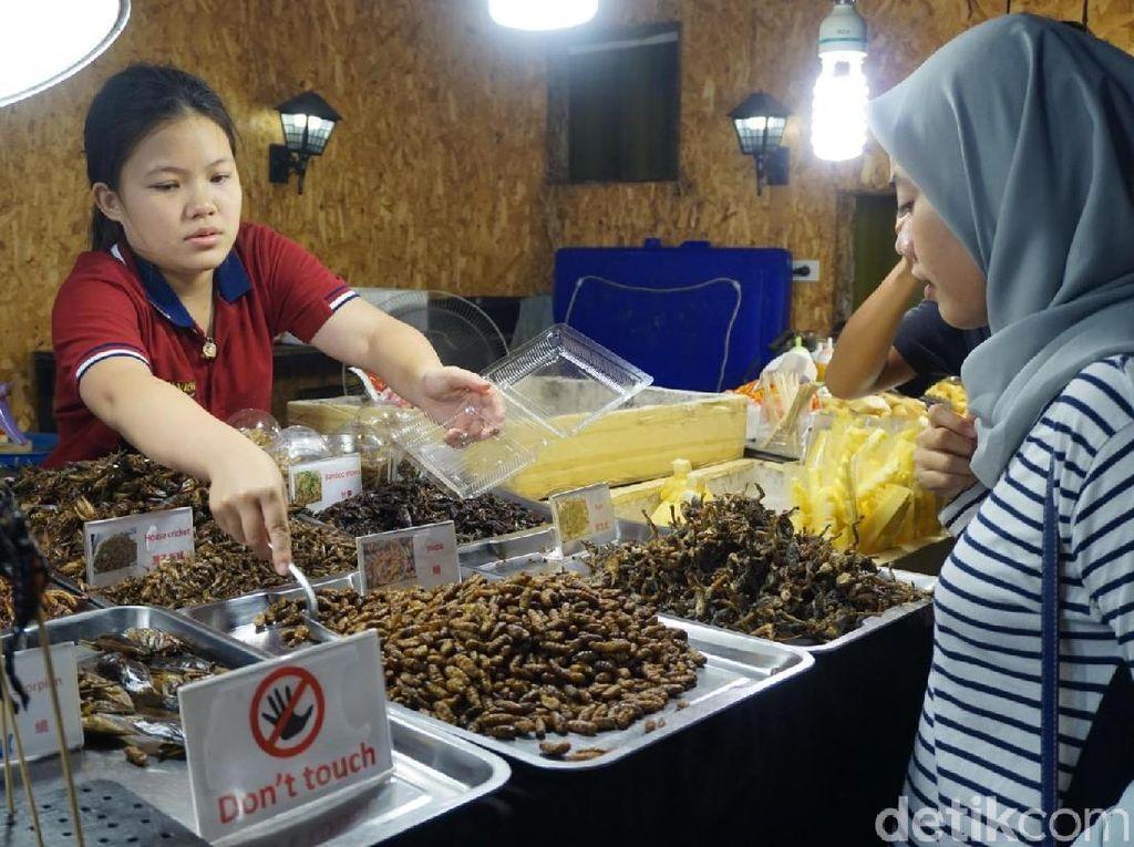 Foto: Jajan Daging Buaya dan Serangga Goreng di Thailand