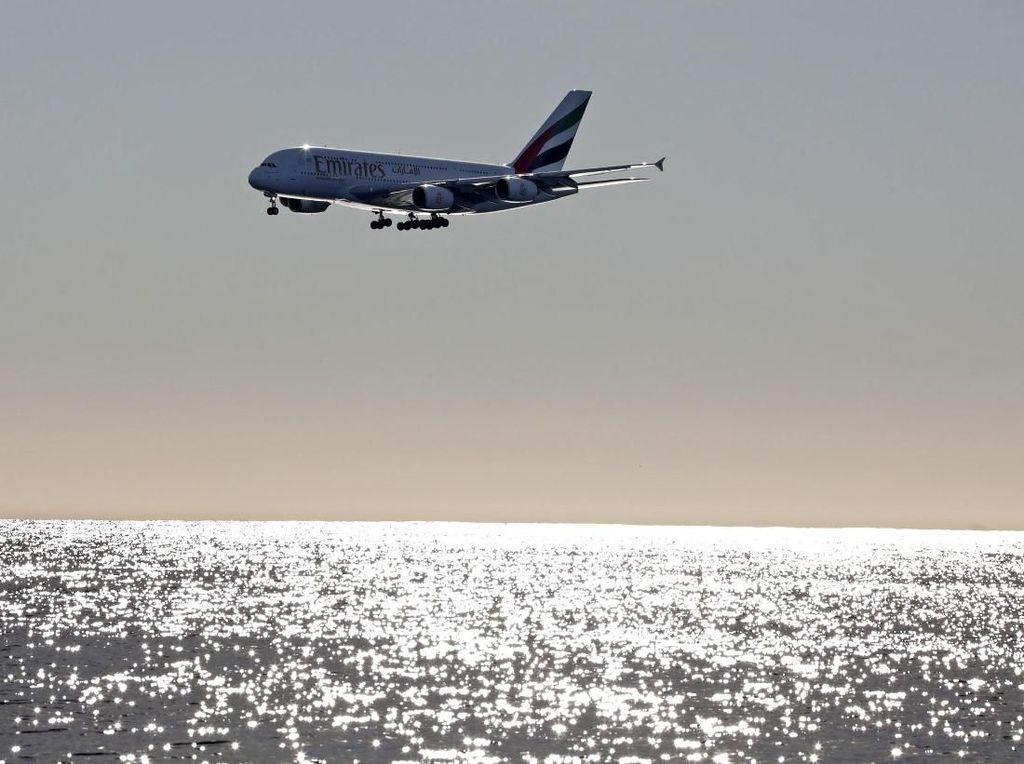 Pesawat Raksasa Uji Coba Terbang di Bandara Megah Beijing