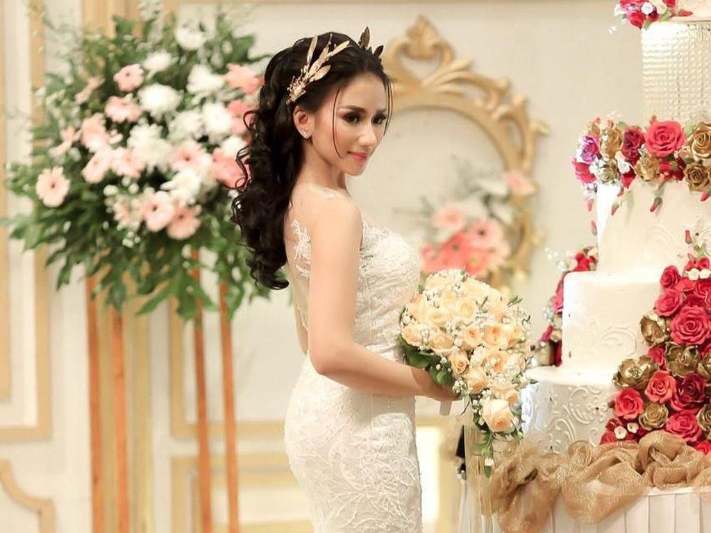 Beredar Foto Suami Bella Luna Gendong Anak Bareng Wanita Lain