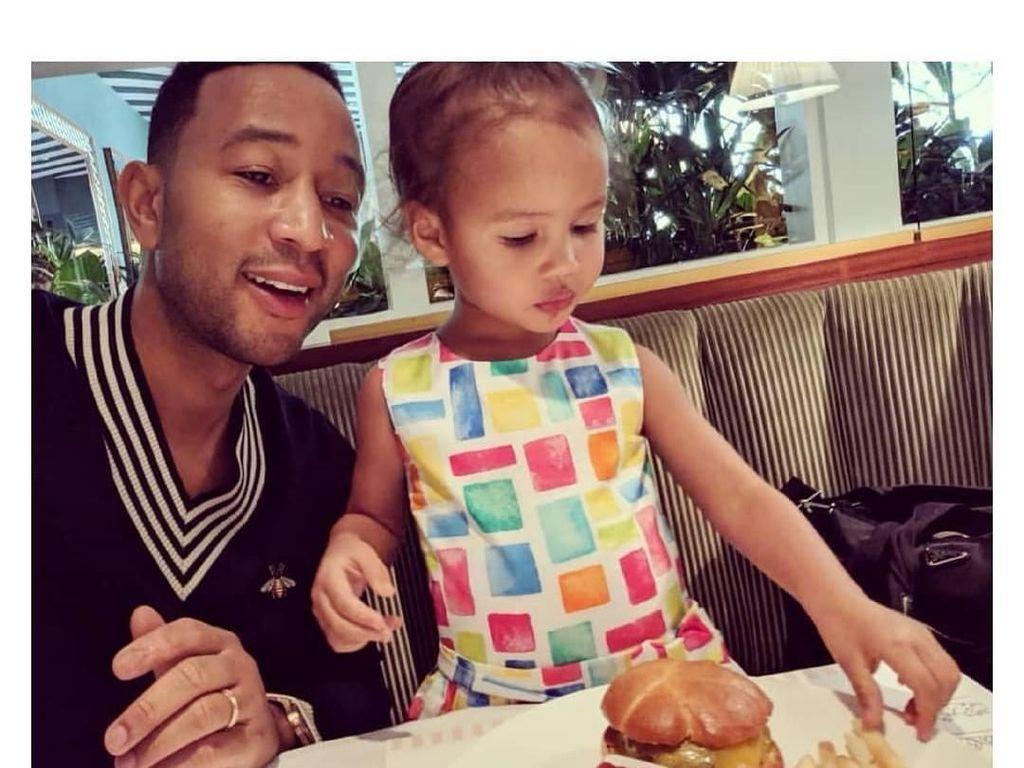 Gaya Cute Anak John Legend, Luna Kalau Lagi Makan
