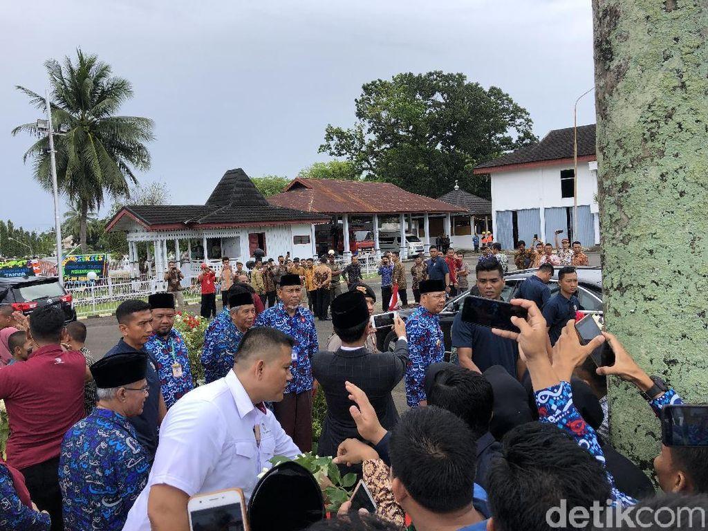 Gaya Jokowi Layani Permintaan Selfie Warga: Pegang HP dan Jepret Sendiri