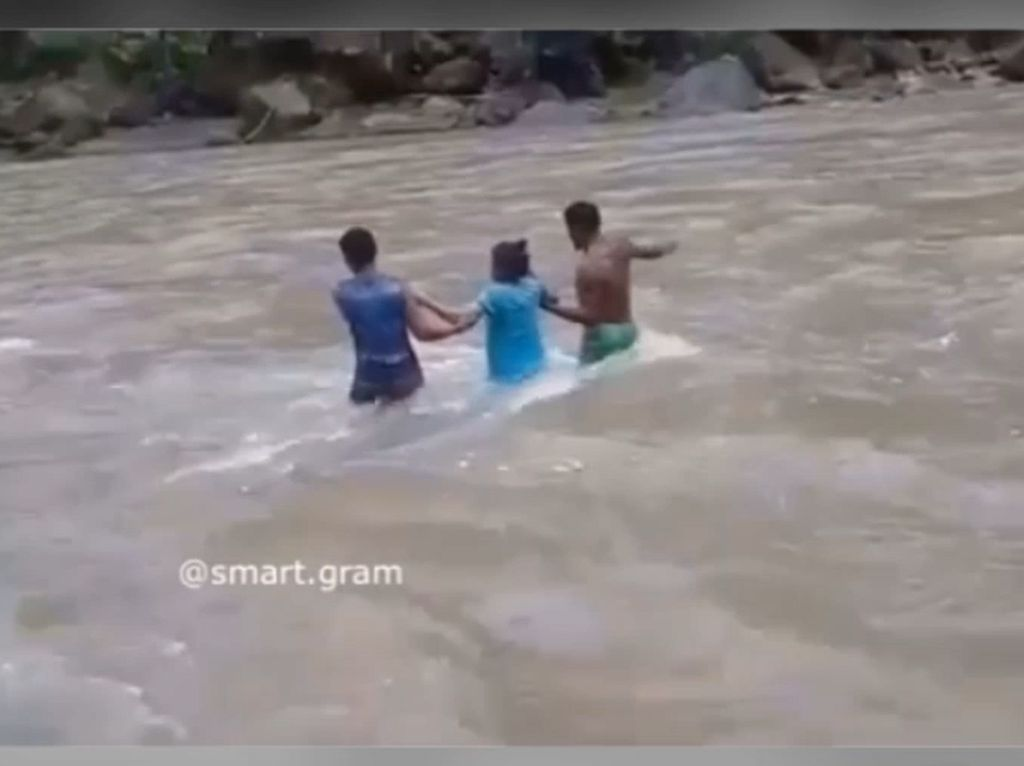 Tak Ada Jembatan, Ibu Hamil Terpaksa Seberangi Sungai Deras
