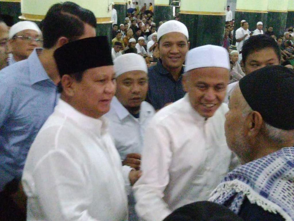 Berbaju Koko Putih, Prabowo Salat Jumat di Masjid Agung Semarang
