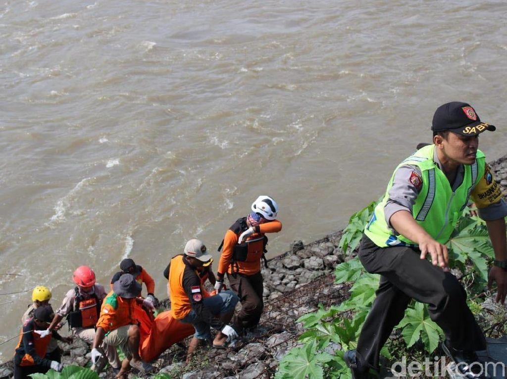 Mayat Pria Tanpa Busana Mengambang di Sungai Hebohkan Warga Jombang
