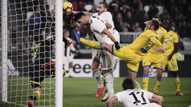 Juventus' Italian defender Leonardo Bonucci (Rear C) jumps with Juventus' German midfielder Sami Khedira (C-L) to score the 2-0 goal during the Italian Serie A football match Juventus vs Frosinone on February 15, 2019 at the Juventus stadium in Turin. (Photo by Marco BERTORELLO / AFP)