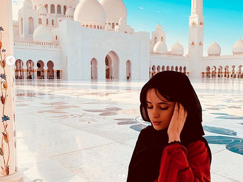 Cantiknya Camila Cabello Berhijab di Masjid Dubai