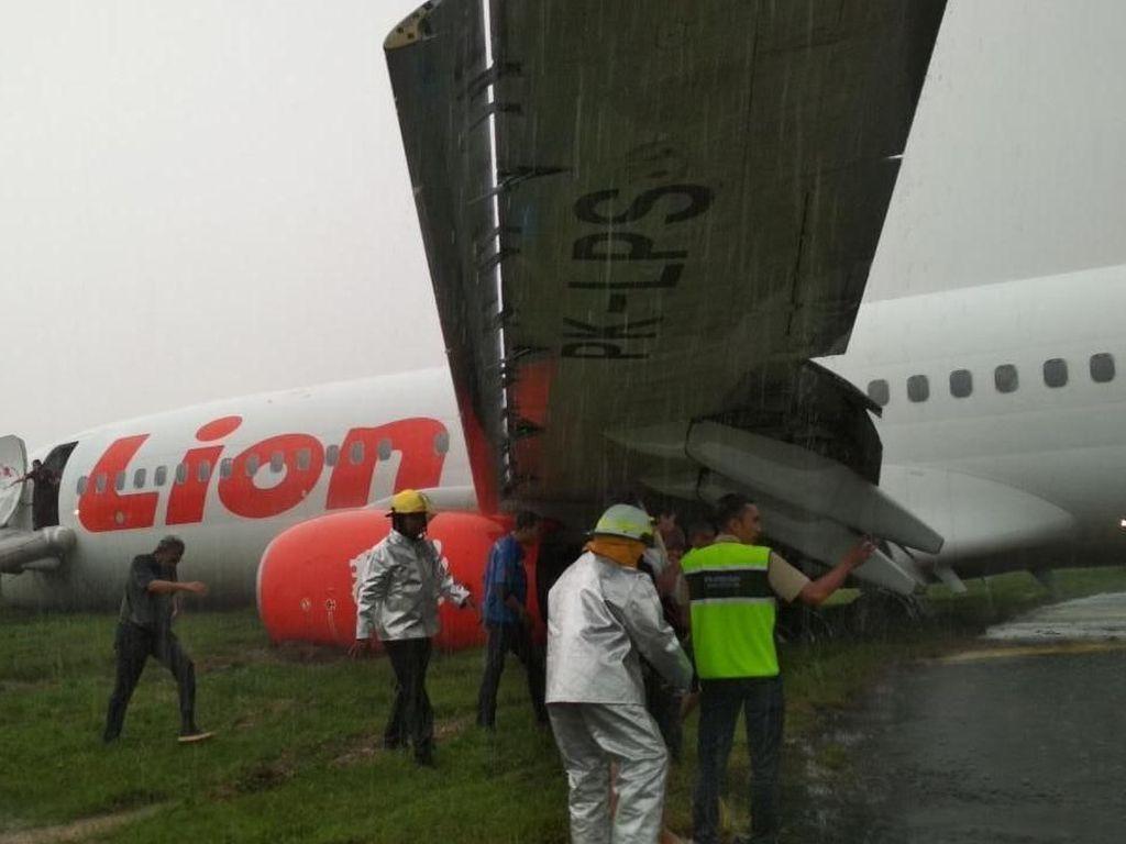 Pesawat yang Tergelincir di Pontianak Ditarik ke Hanggar