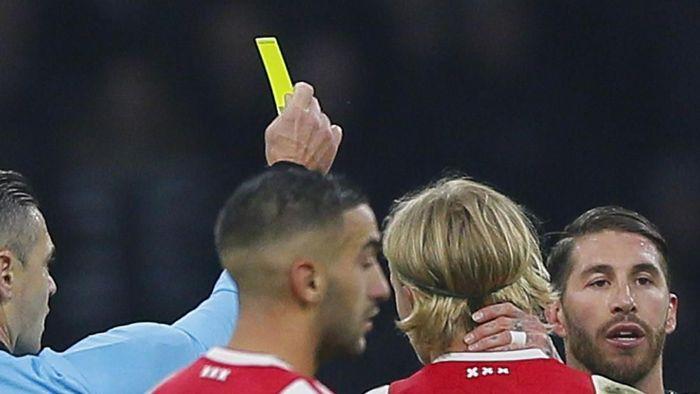 Sergio Ramos saat dapat kartu kuning di laga kontra Ajax Amsterdam (AP Photo/Peter Dejong)