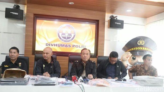 Satgas Anti Mafia Bola dalam konferensi di Polda Metro Jaya, Sabtu (16/2). (Amalia Dwi Septi/detikSport)
