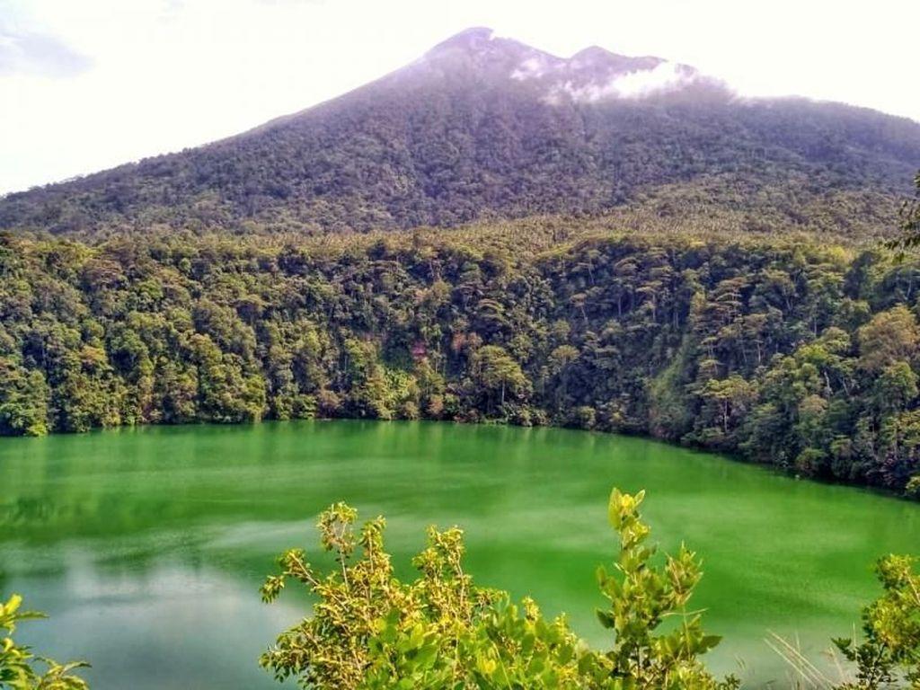 Keindahan Danau Tolire yang Penuh Misteri