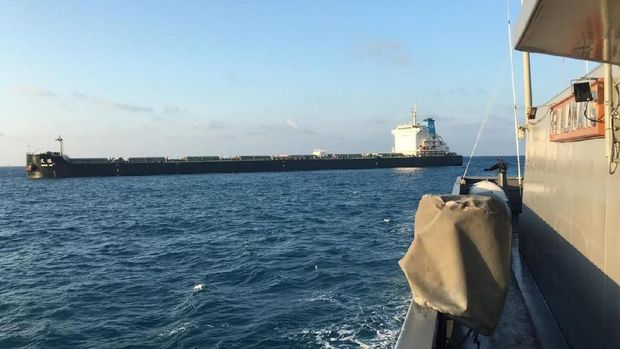 KRI Koarmada I menangkap kapal kargo yang lego jangkar tanpa izin di perairan Bintan, Kepri