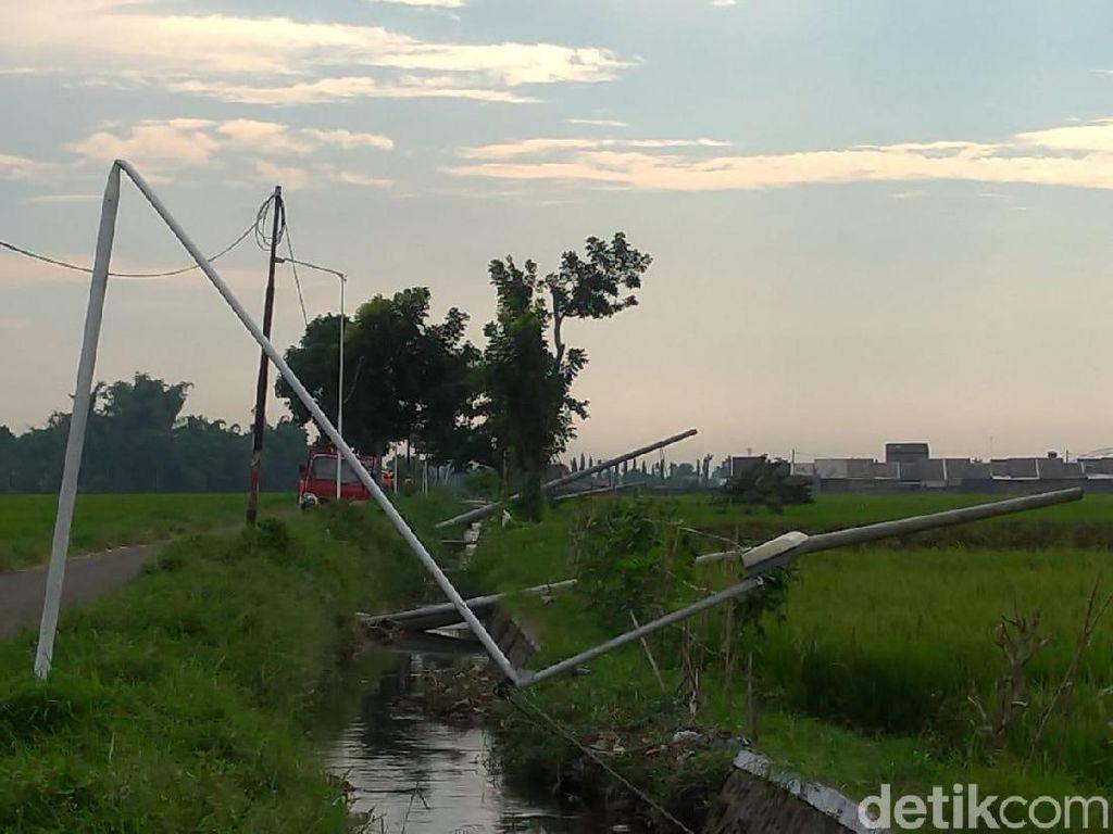 Puluhan Tiang Listrik Tumbang Dampak Hujan Disertai Angin Kencang