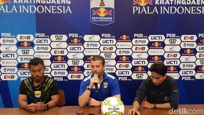 Miljan Radovic (tengah) dalam konferensi pers menjelang pertandingan saat masih menjadi pelatih Persib Bandung. (Mochamad Solehudin/detikSport)
