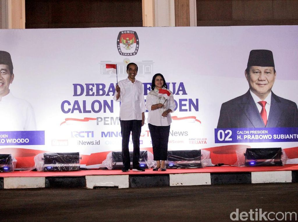 Dampingi Jokowi di Debat Capres, Iriana Mix & Match Kemeja dan Scarf Motif