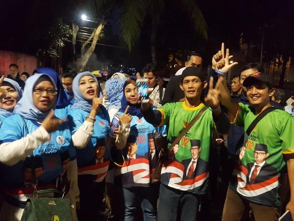 Jelang Debat, Massa Nyanyikan Yel-yel Dukungan di Kediaman Prabowo