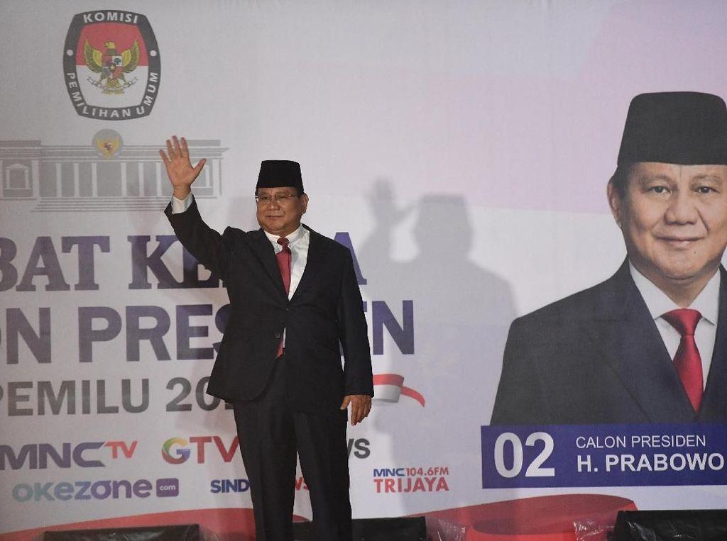 Lambaian Tangan Prabowo Saat Tiba di Lokasi Debat Capres Kedua