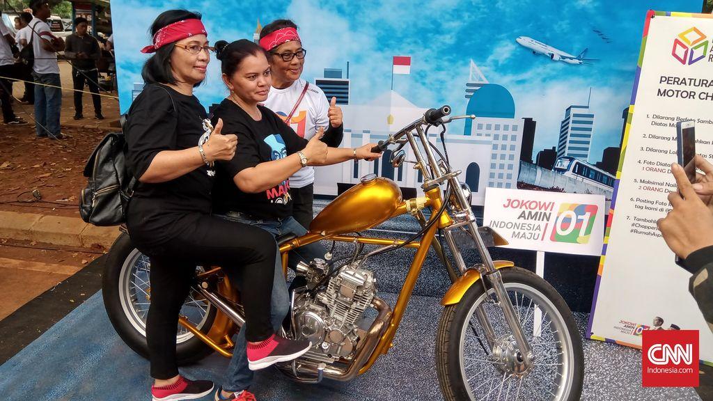 Motor Chopper miliki capres nomor urut 01 Joko Widodo dipajang di area nobar yang berlokasi di Parkir Timur Senayan. Motor modifikasi Royal Enfield Bullet 350 alhasil menjadi incaran swafoto para pendukung pasangan capres-cawapres nomor urut 01.