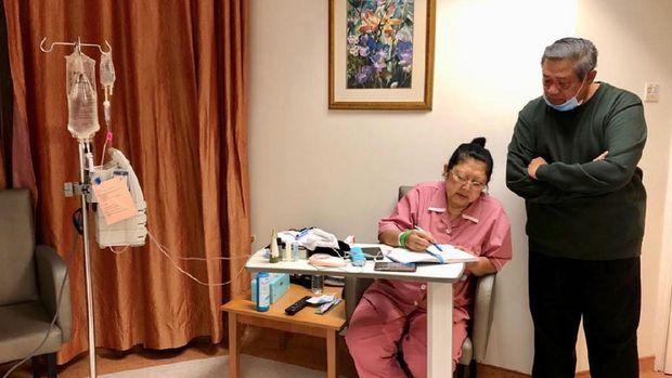 Ani Yudhoyono mencatat pengobatan yang harus dijalaninya.