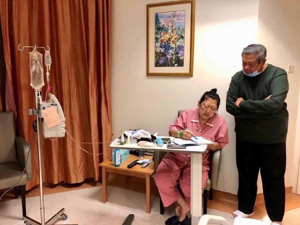CT dan Istri Jenguk Ani Yudhoyono di Singapura