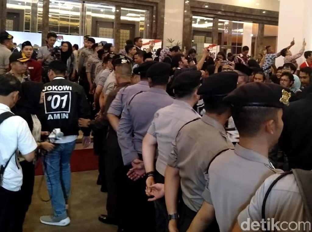 Puluhan Polisi Bikin Pagar Betis Pisahkan Pendukung Jokowi dan Prabowo
