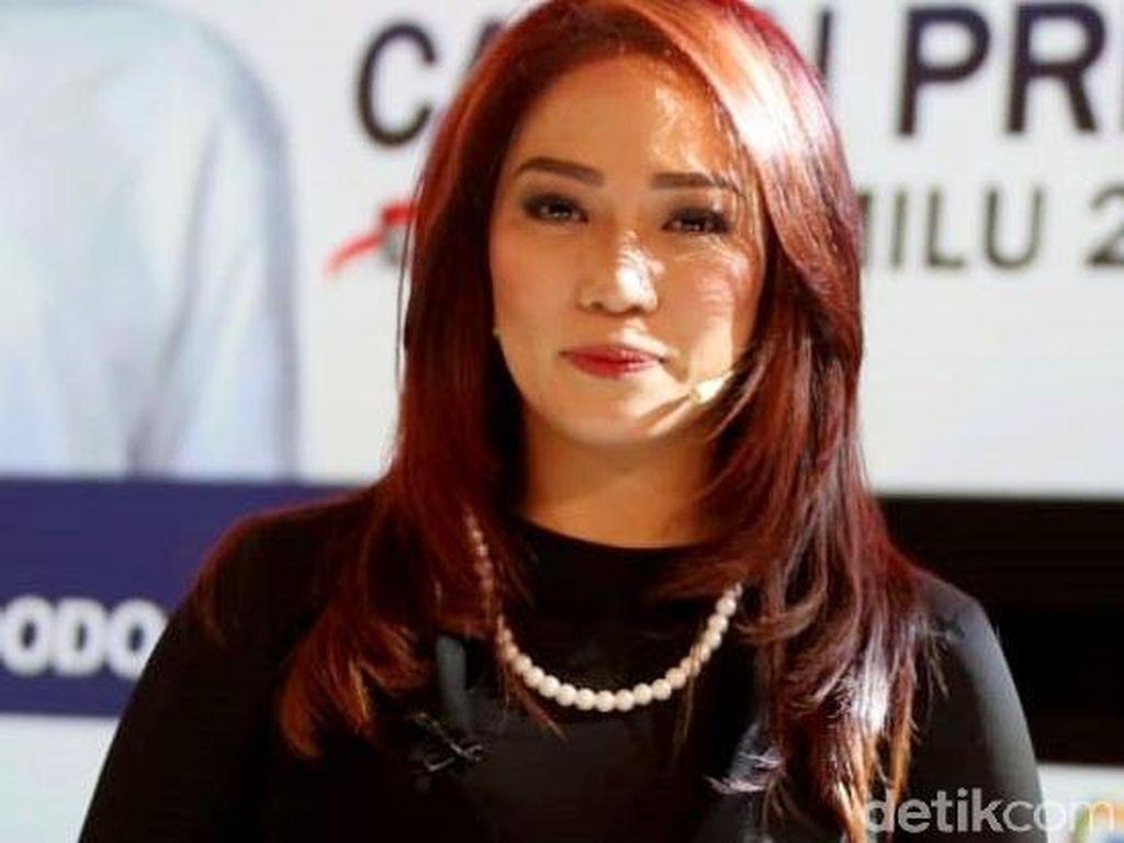 7 Pesona Si Cantik Rambut Merah Anisha Dasuki di Debat Capres
