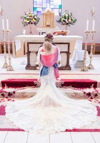 Jalan di Altar, Pengantin yang Gendong Anak di Punggung Ini Makara Perhatian