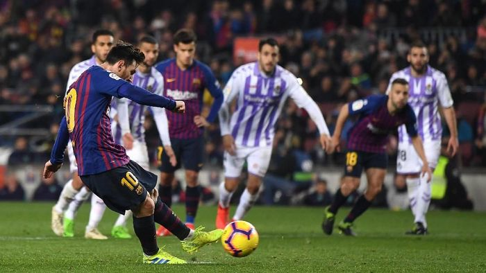 Lionel Messi menangkan Barcelona atas Real Valladolid lewat penalti. (Foto: David Ramos/Getty Images)
