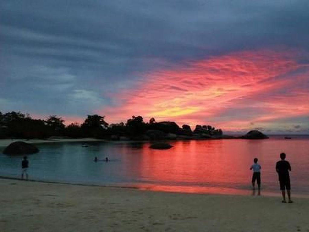 Sunset Cantik di Pantai Tanjung Tinggi Belitung