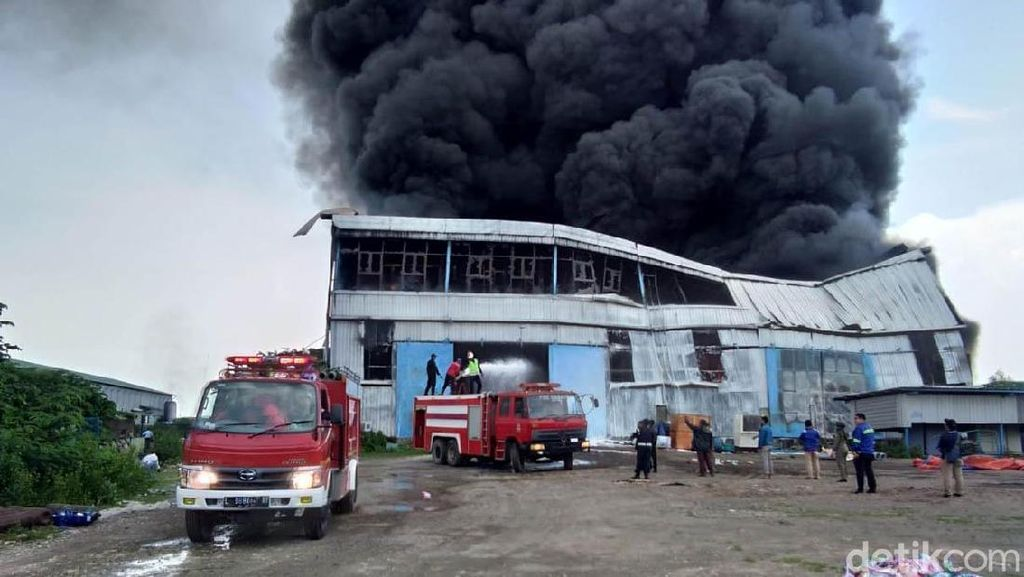 Gudang di Kawasan Industri Maspion Terbakar, Asap Membubung Tinggi