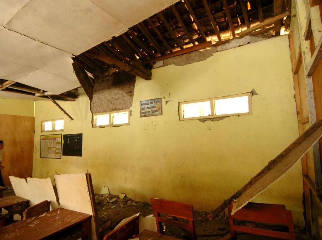 Ngeri! Atap Sekolah di Tegal Ambruk Saat Jam Belajar Berlangsung