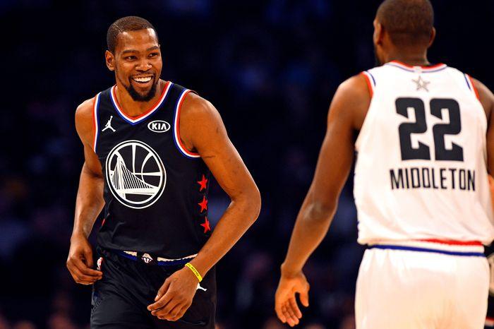 Kevin Durant total mendapat pemasukan sebesar 58,7 juta euro (Rp 911,6 miliar) dari gaji dan kontrak kersajama dengan berbagai merek. Pebasket Golden State Warriors ini duduk di posisi 10. (Bob Donnan-USA TODAY Sports/REUTERS)