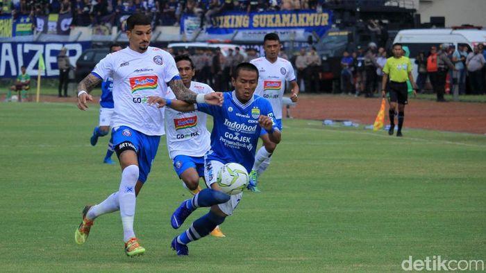 Arema FC tahan imbang Persib Bandung 1-1 di Si Jalak Harupat. (Foto: Wisma Putra)