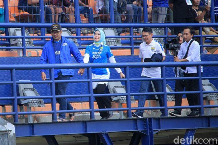 Ridwan Kamil yang didampingi istrinya tiba di Stadion Si Jalak Harupat, Bandung, Senin (18/2/2019).